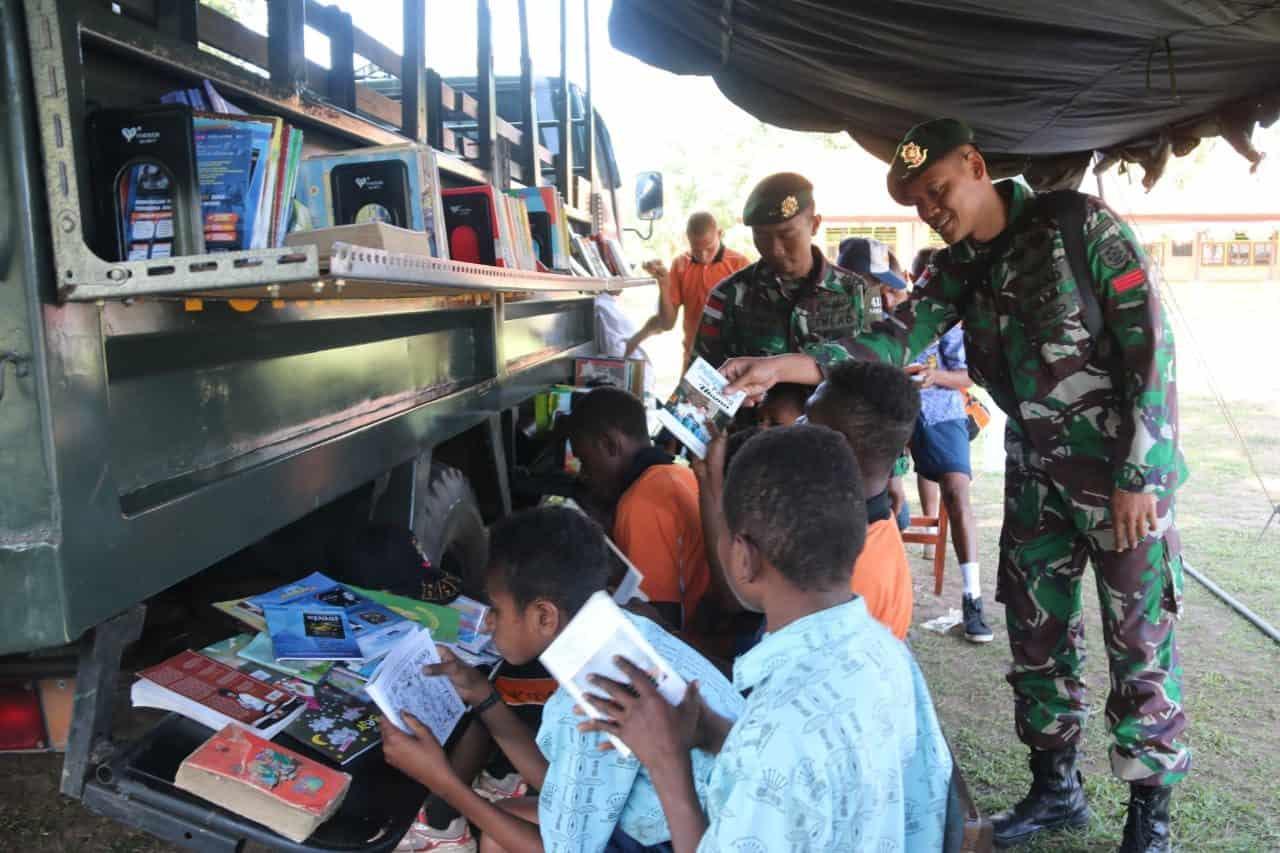 Cerdaskan Anak Papua, Satgas Yonif MR 411 Gelar Perpustakaan Keliling di Sota