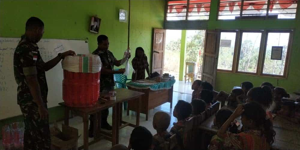 Gandeng Generasi Muda Perbatasan, Satgas Yonif Raider 408 Berikan Edukasi Olah Botol Plastik