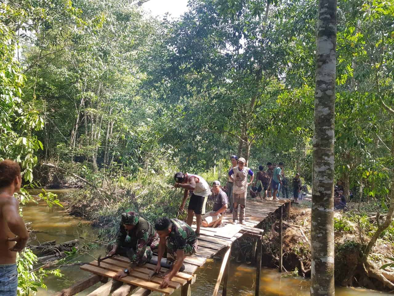 Jembatan Roboh Diperbaiki Satgas Yonif 643, Aktivitas Warga Kaliau Kembali Normal