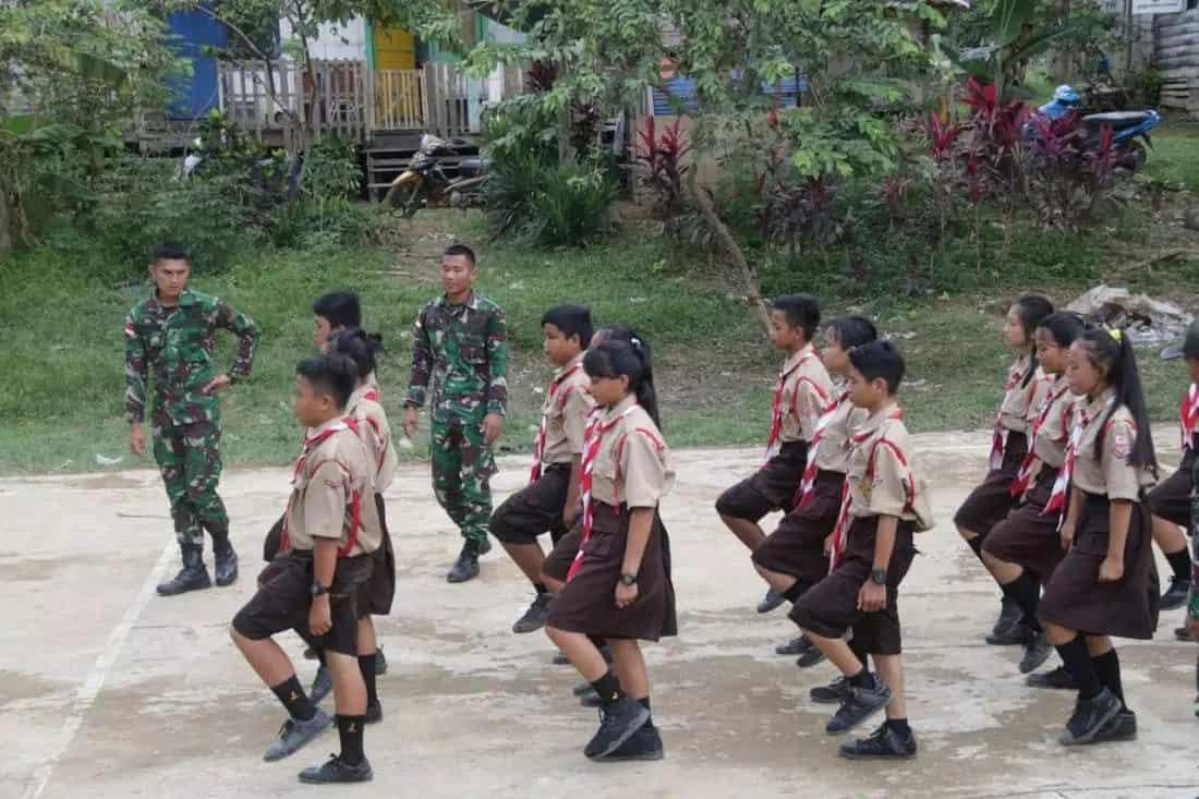 Latihkan Baris Berbaris Secara Rutin, Satgas Yonif 303 Dapatkan Apresiasi Warga