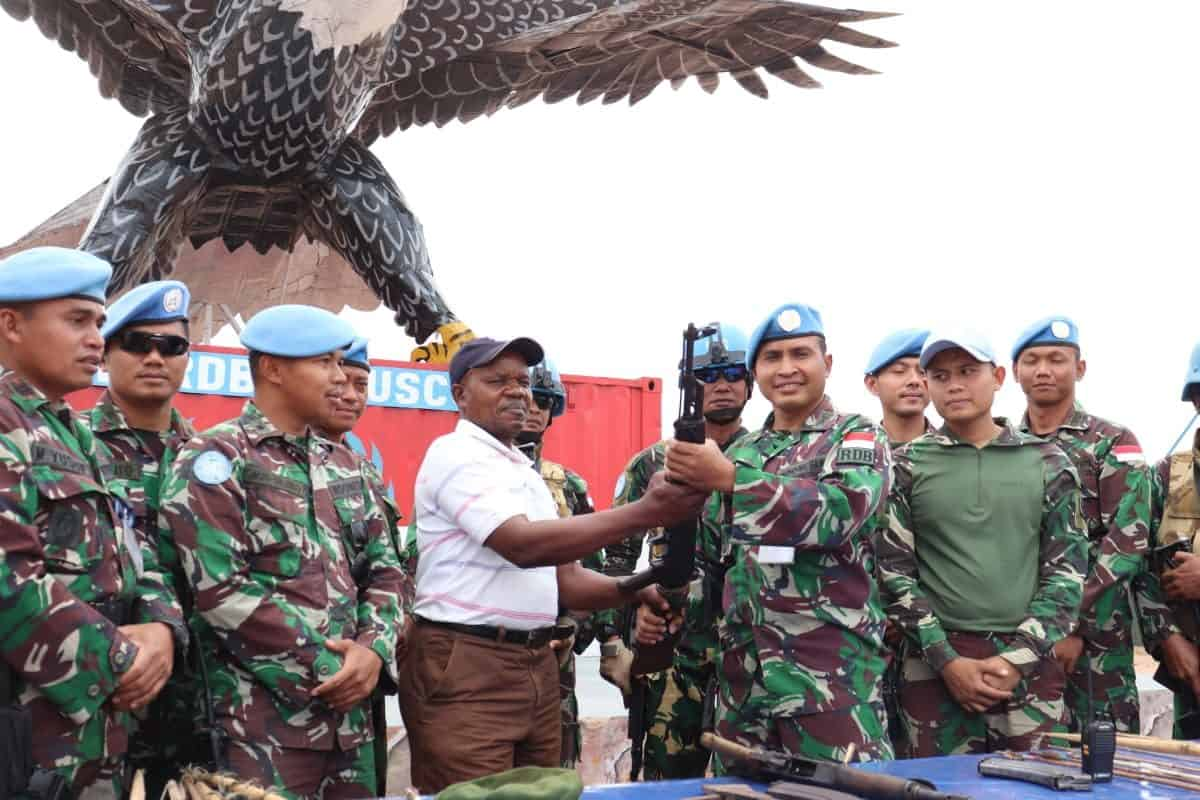 Sukarela, 10 Ex-Combatan Liwa Serahkan 2 Pucuk AK-47 ke Satgas Indo RDB MONUSCO