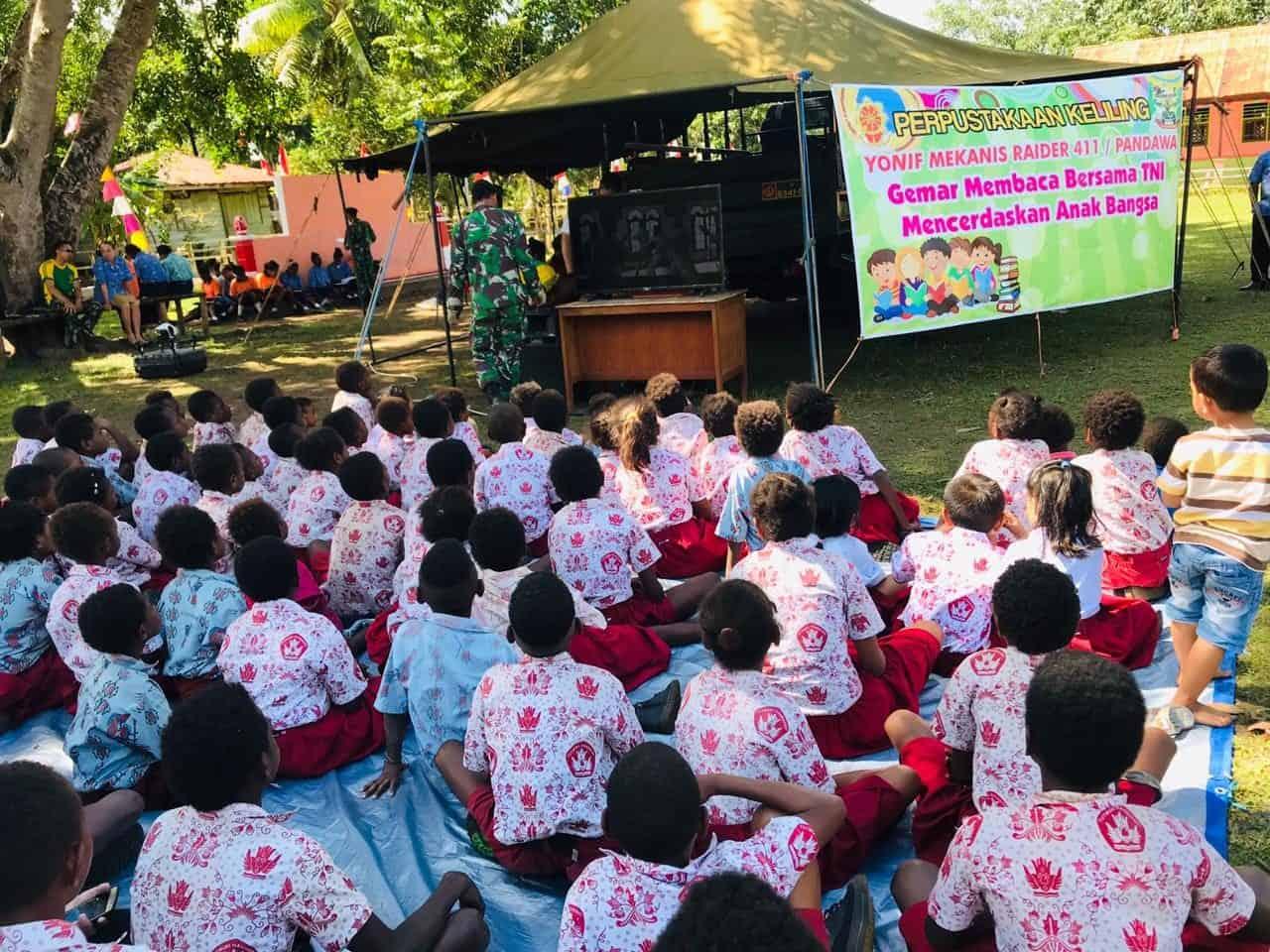 Motivasi Literasi di Wiltas, Perpustakan Satgas Yonif MR 411 Sambangi Sekolah di Sota