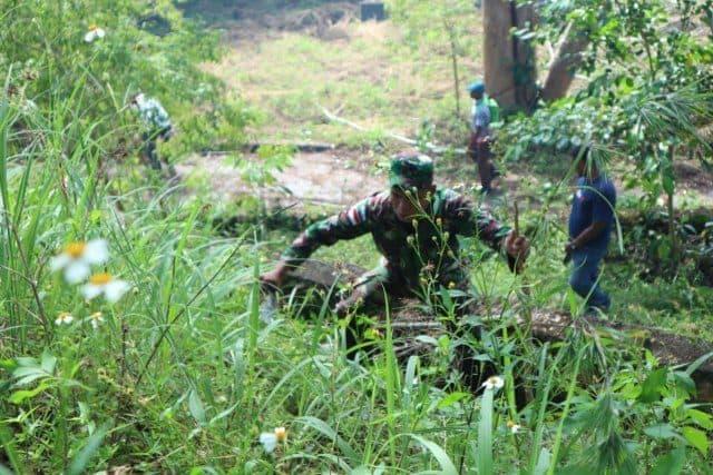 Banyak di Tumbuhi Lumut, Satgas Pamtas Yonif 713 dan Warga Bersihkan Gua Maria