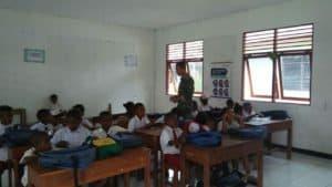 Peduli Pendidikan, Satgas Yonif Pr 328 Bantu Perlengkapan Sekolah Pelajar Mosso.