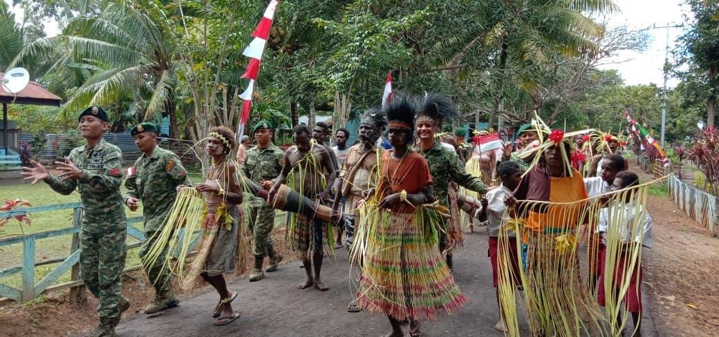 Peringati HIMAS, Yonif 411/Kostard Bersama Suku Kanum Kirab Keliling Kampung