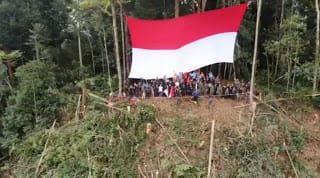 atgas Yonmek 643 Kibarkan Merah Putih di Puncak Gunung Entinyuh