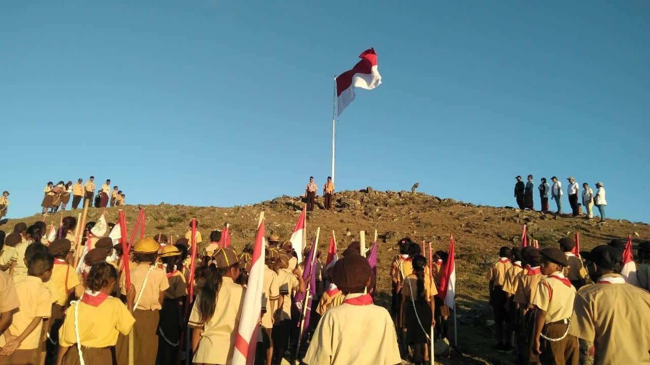 Tanamkan Nasionalisme, Satgas Yonif R 408 dan Warga Kibarkan Merah Putih di Bukit Haoljab