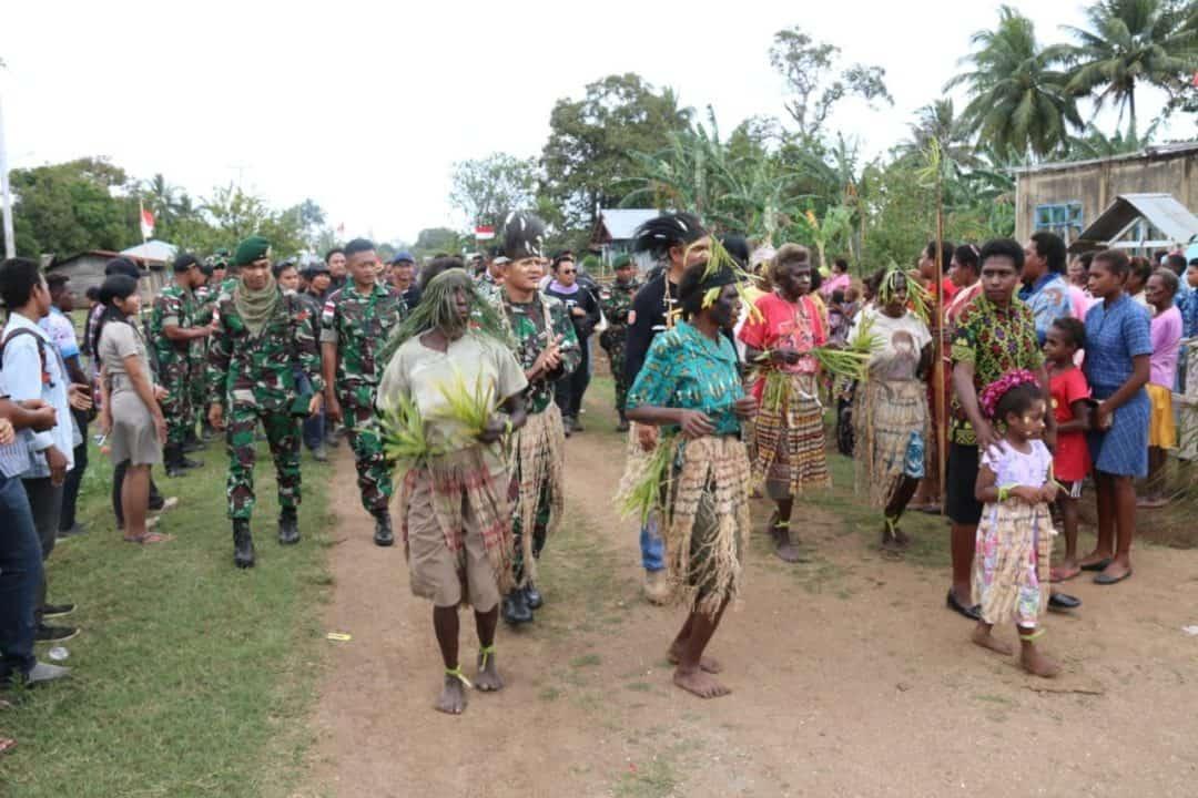 Touring Kemerdekaan, Satgas Pamtas Yonif MR 411 Berbagi Kebahagiaan di Naukenjerai