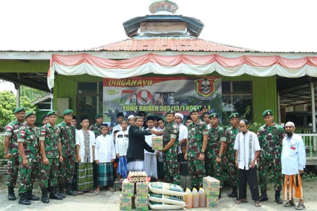 Peduli Anak Yatim di Perbatasan RI-Malaysia, Satgas Yonif R 303 Berikan Santunan