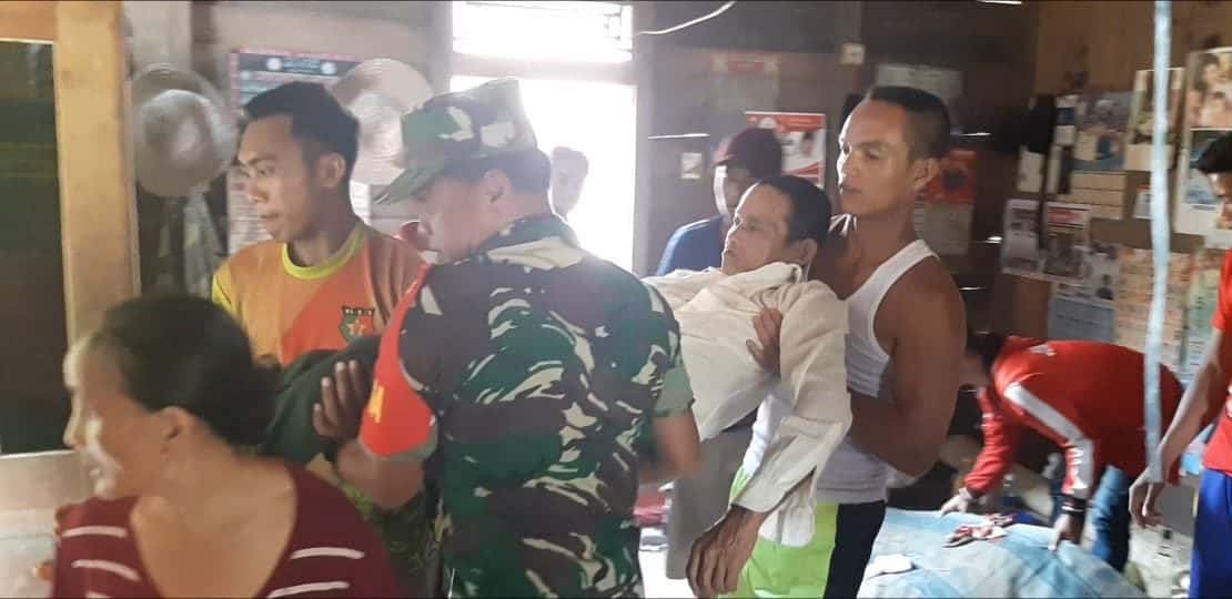 Peduli Warga, Sertu Mohlis Evakuasi Kakek Sakrani Penderita Stroke di Jagoi