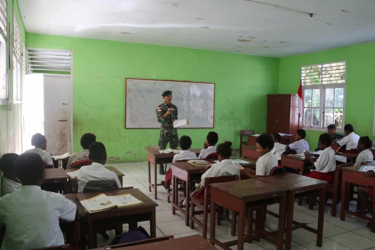 Bantu mengajar di Perbatasan RI-PNG, Satgas Yonif MR 411 Tingkatkan Motivasi Pelajar