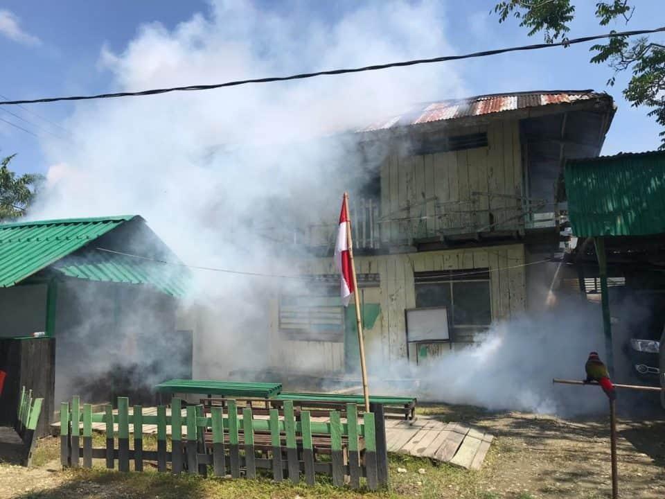 Cegah Malaria di Perbatasan RI-PNG, Satgas Yonif R 509 Fogging Rumah Warga