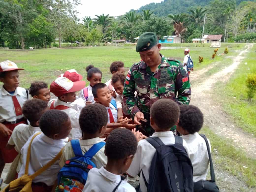 Mengajar di Perbatasan, Satgas Yonif R 300 Bentuk Karakter Secara Dini
