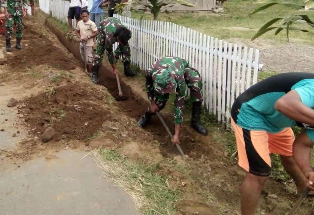 Mitigasi Banjir di Maritango, Warga dan Satgas Yonif 734 Buat Saluran Air