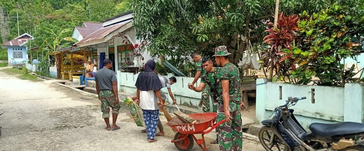 Cegah Banjir di Halmahera Tengah, Satgas Yonif 734 Bersihkan Saluran Air