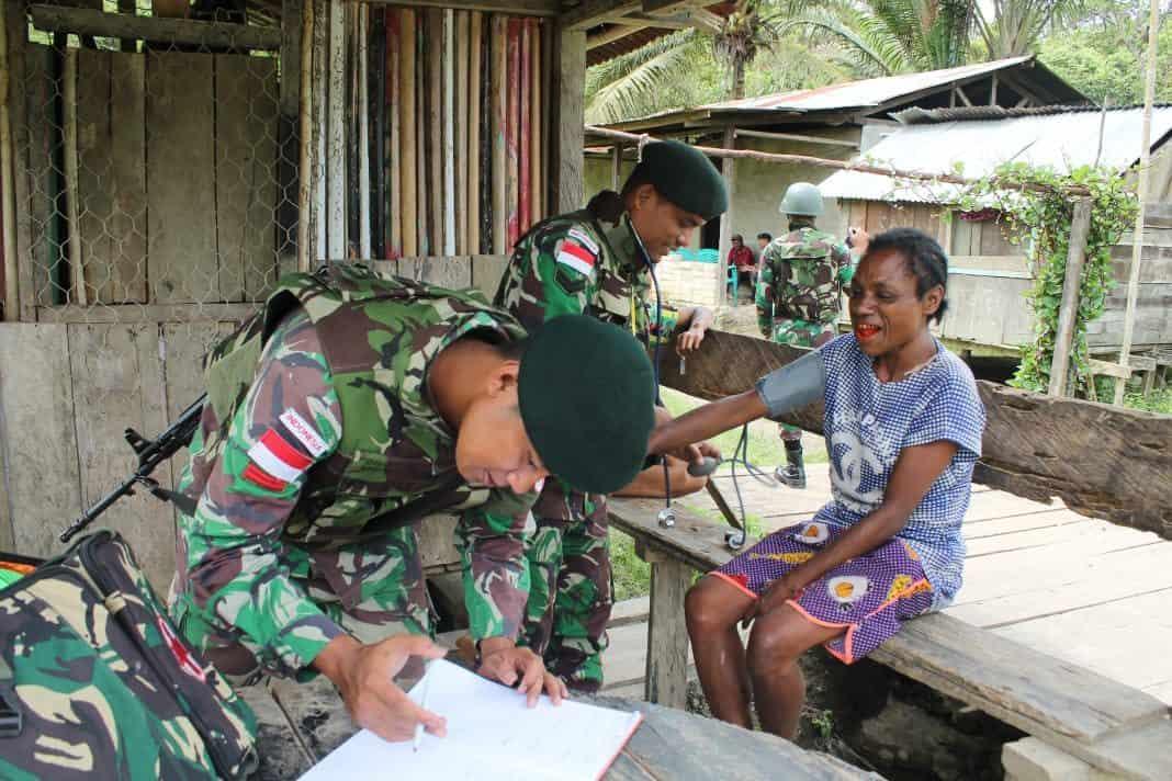 Door to Door, Satgas Pamtas Yonif R 300 Beri Pelayanan Kesehatan Gratis di Kampung Kalilapar