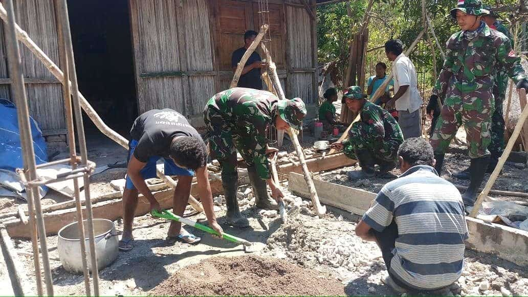 Satgas Yonif 132/BS Bantu Pembangunan Rumah Warga Desa Nainaban