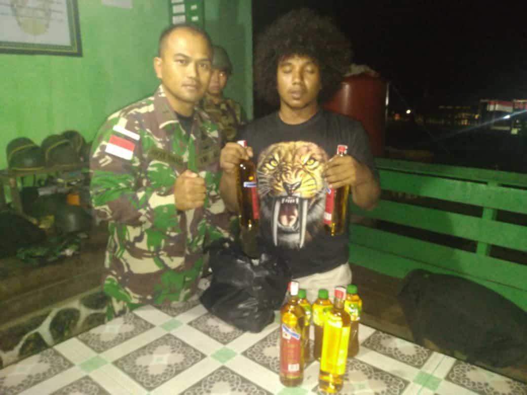 Satgas Pamtas Yonif R 300 Amankan Pemuda Bawa Miras, Kepala Suku Kalibom Ucapkan Terima kasih
