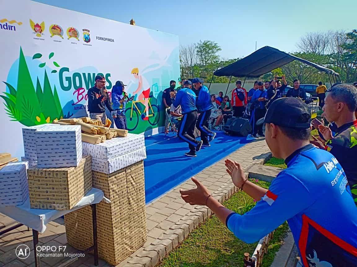 Perkuat Sinergitas, Yonmek 521 Gowes Bareng Masyarakat Kediri