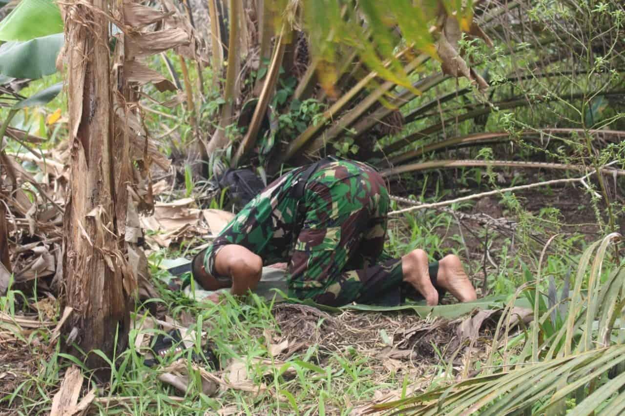 Berjibaku Padamkan Karhutla, Prajurit TNI Sholat Beralaskan Daun Sawit