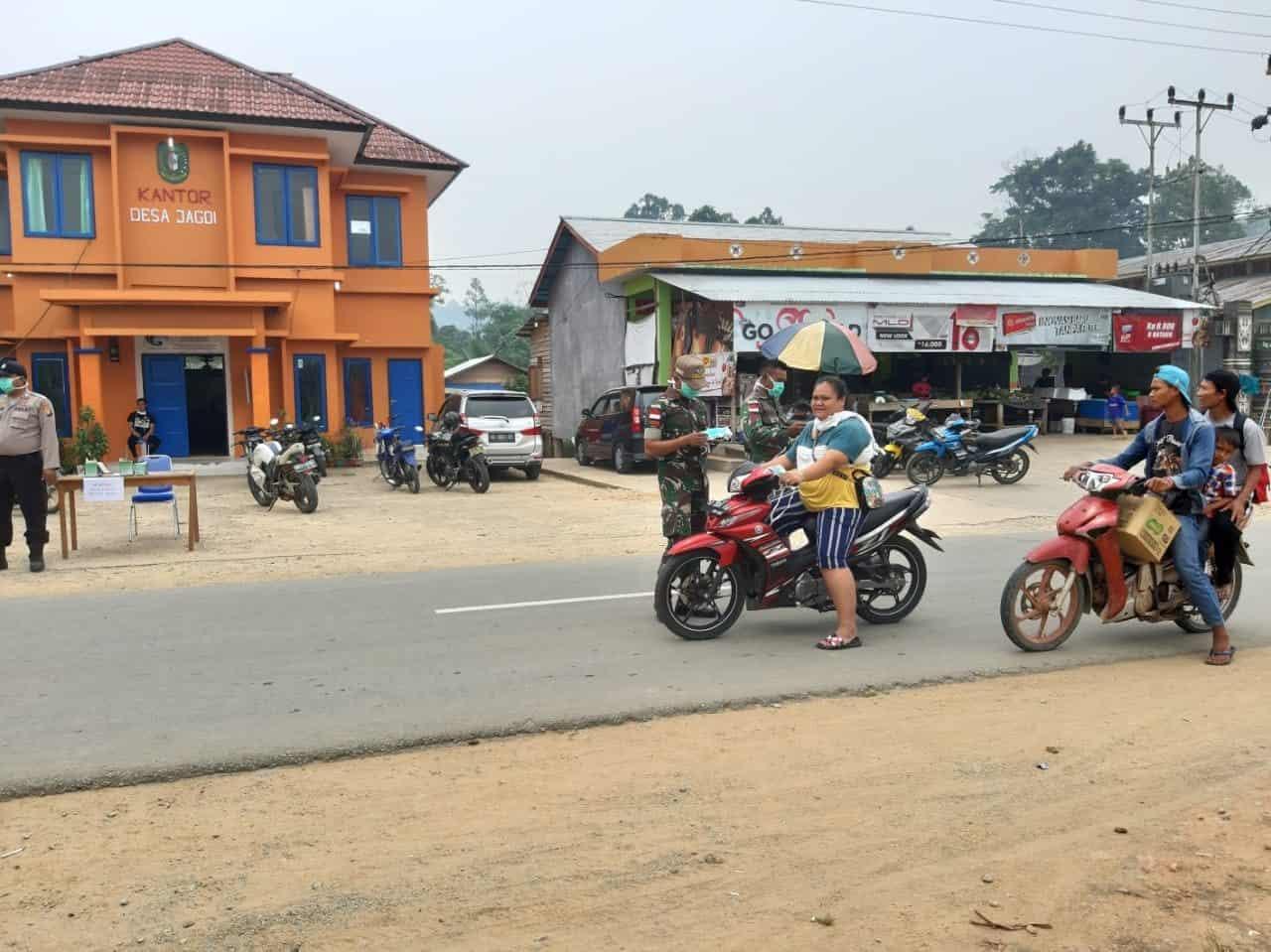 Cegah Dampak Asap Karhutla di Kalbar, Satgas Pamtas Yonif 643 Bagikan 1.000 Masker