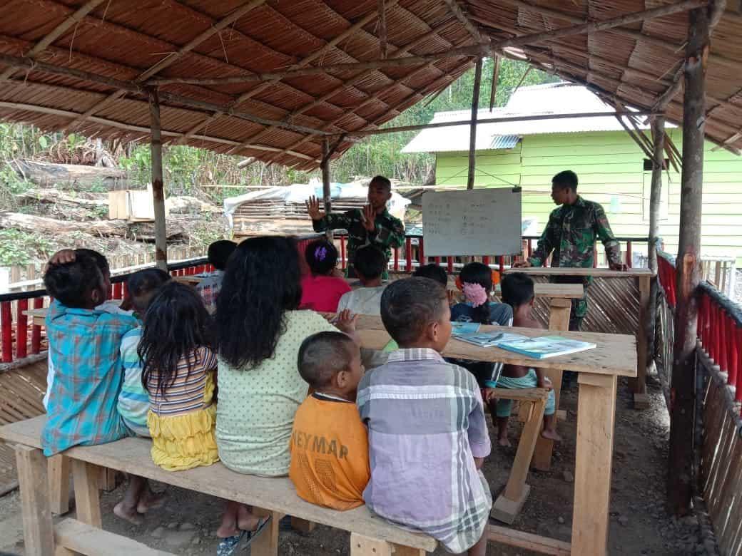 Peduli Anak Suku Mausu Ane, Satgas Yonif RK Dirikan Kelas Lapangan