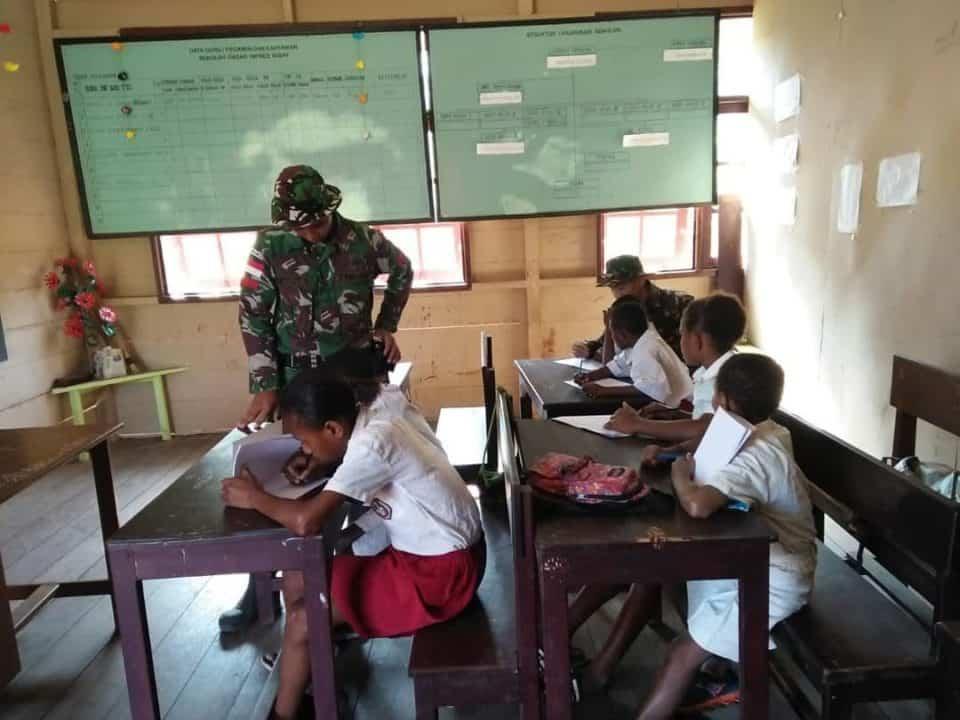 Cerdaskan Anak Perbatasan, Satgas Yonif 713 Bantu Mengajar di Kampung Kibay