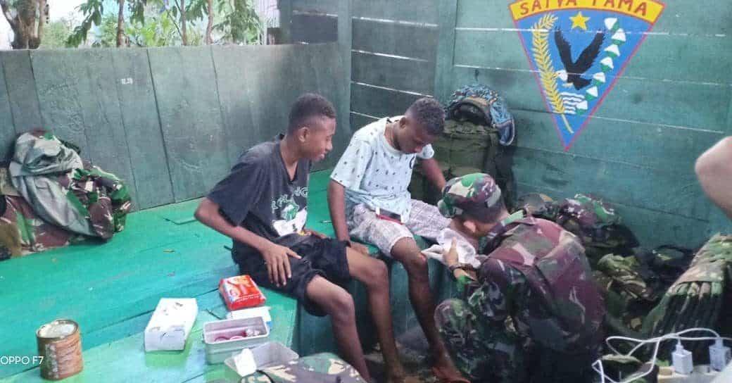 Alami Kecelakaan, Dua Pemuda Abepura Ditolong Satgas Yonif 713