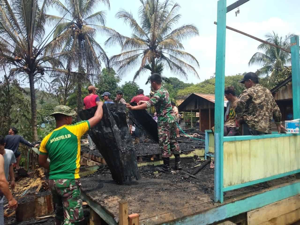 Rumah Hangus Terbakar, Lie Lahang Dievakuasi Satgas Yonif R 303