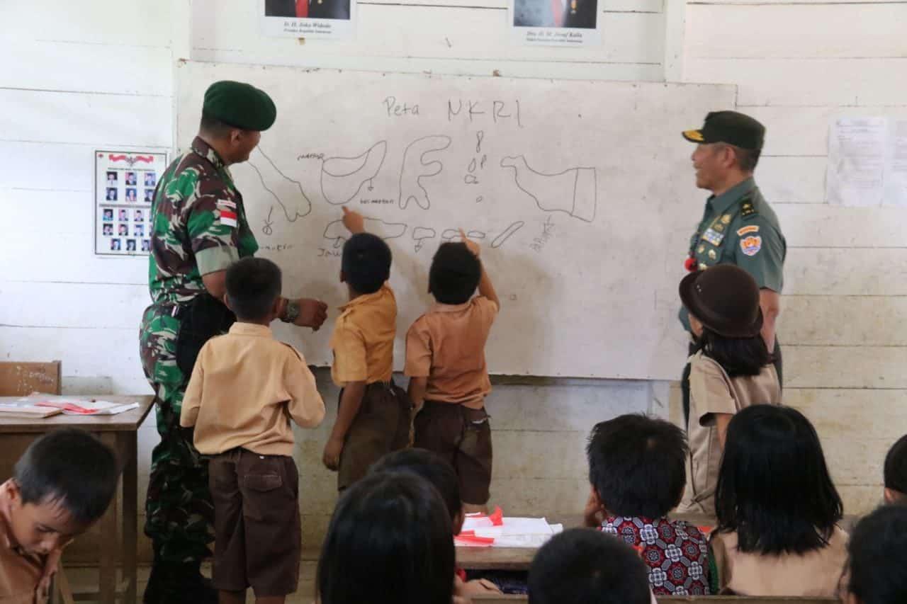 Evaluasi dan Asistensi Mengajar di Perbatasan, Sahli Kasad dan Kemendikbud Kunjungi Satgas Yonif 303