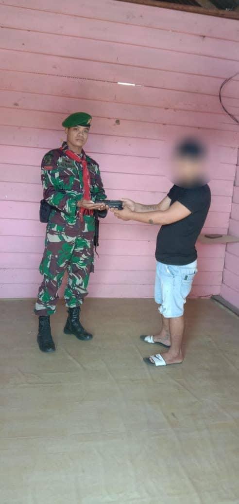 Sadar Hukum, Warga Pekaulang Suka Rela Serahkan Senpi ke Satgas Yonif 734