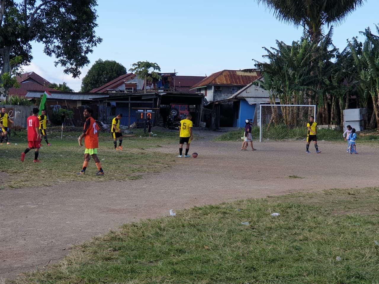 Bangun Kebersamaan dan Soliditas, Satgas Yonif 734 Gelar Pertandingan Sepak Bola di Toboko