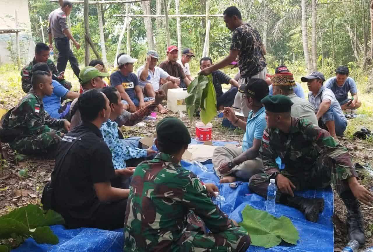 Hibahkan Lahan untuk Pemakaman, Suku Dayak Iban bersama Satgas Yonif 301 Gelar Tradisi Upacara Adat Berdarah