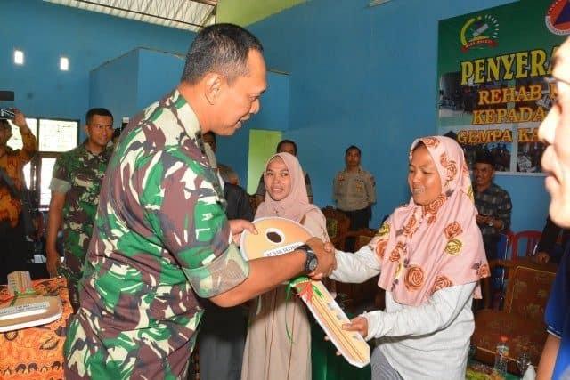 Danrem 162/W Serahkan 177 Ribu Kunci Rumah Hasil Rehab Kepada Korban Gempa Lombok