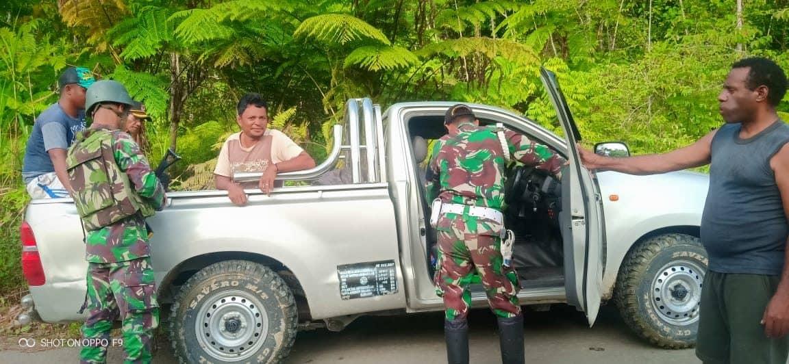Cegah Aktivitas Ilegal di Keerom, Satgas Yonif R 509 Periksa Pelintas Batas