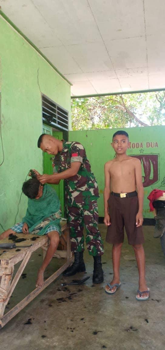 Pangkas Rambut Anak-Anak, Satgas Yonif R 142, Budayakan Hidup Rapi dan Bersih Sejak Dini