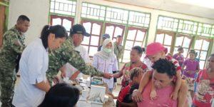 Kendala Jembatan Tidak Merintangi Satgas Yonif Raider 509 Berikan Pengobatan Gratis Warga Papua