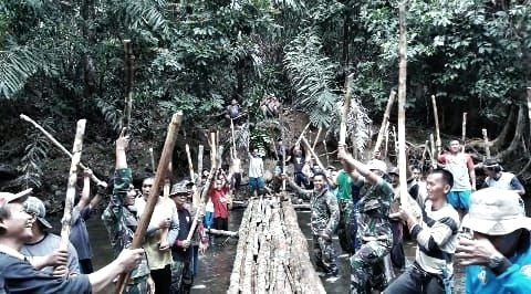 Lestarikan Budaya Lokal, Satgas Yonif 303 dan 600 Warga Gelar Menuba