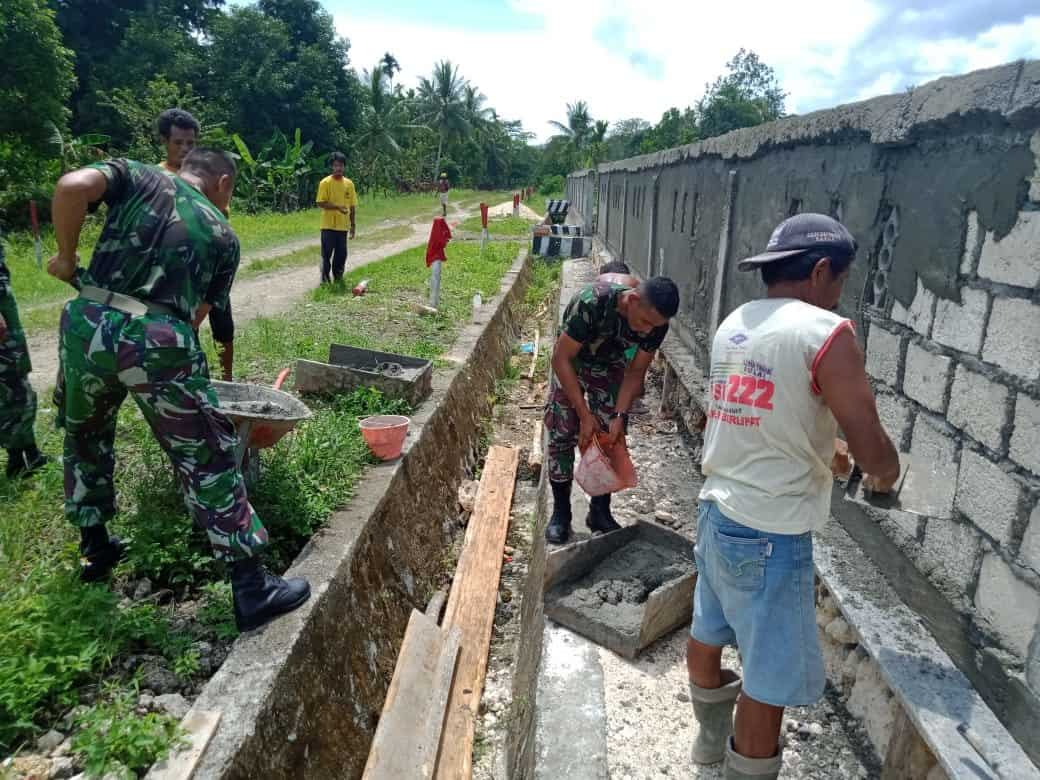 Cegah Banjir di Papua, Satgas Yonif R 300 Bangun Saluran Air di Pyawi