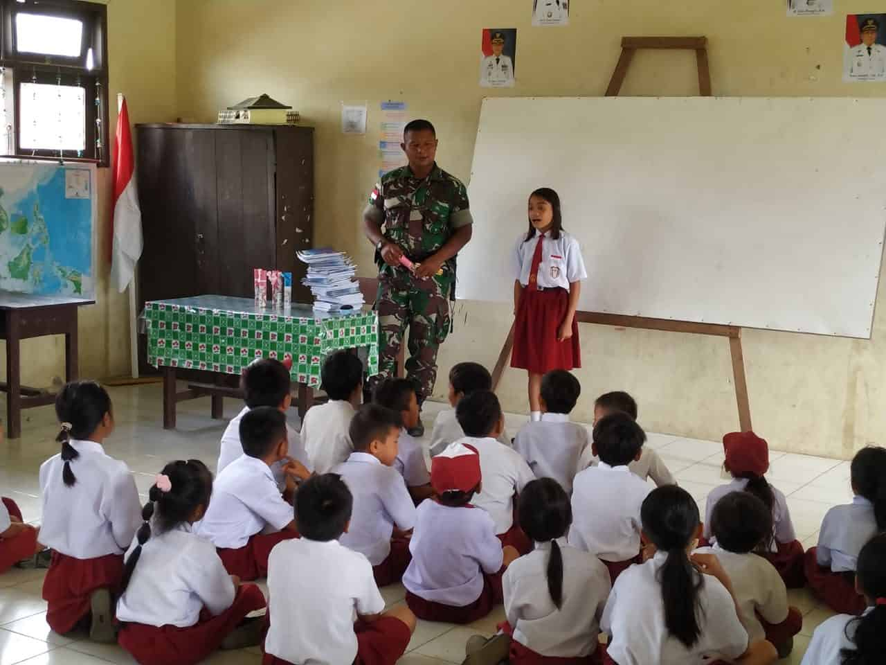 Bagikan Buku dan Alat Tulis, Yonif Raider 303 Dongkrak Semangat Belajar Anak di Perbatasan