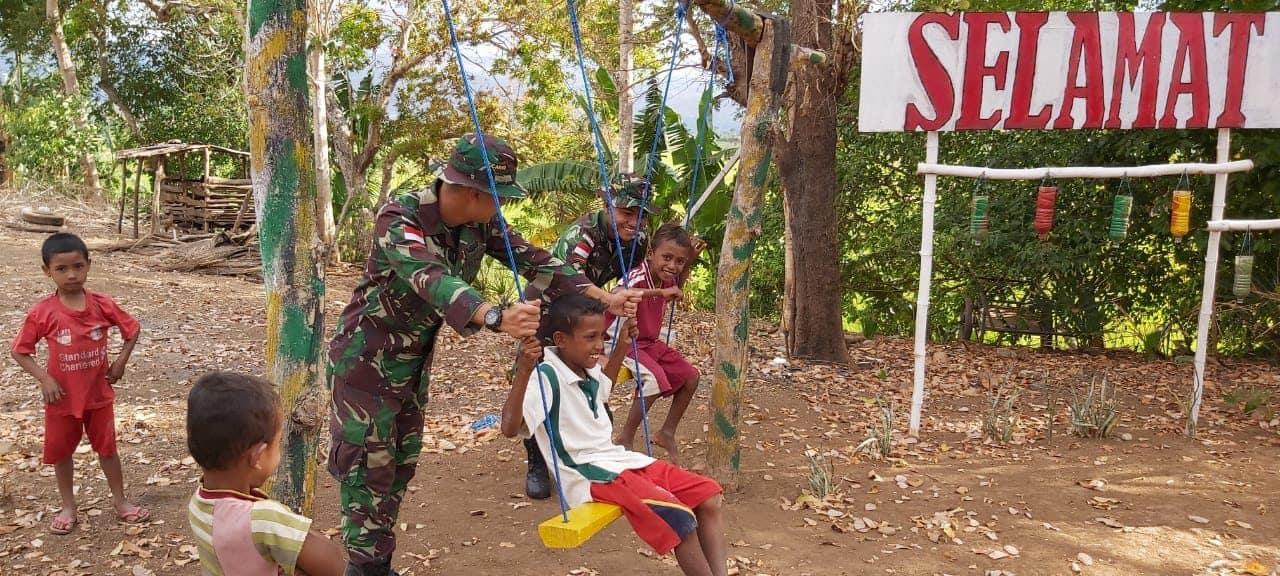 Satgas Pamtas Yonif Raider 142/Kj Berbagi Kebahagiaan Bersama Anak-Anak di Perbatasan