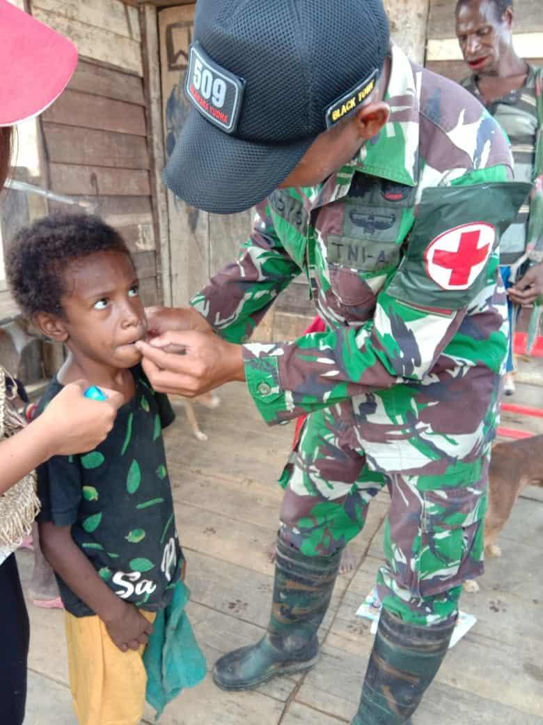 Tingkatkan Imunitas Anak Papua, Satgas Yonif 509 Bagikan Vitamin di Towe Hitam