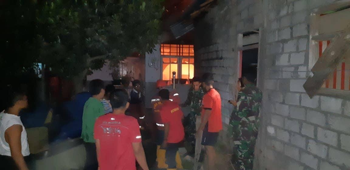 Sigap, Satgas Yonif 734 Padamkan Kebakaran Rumah Warga