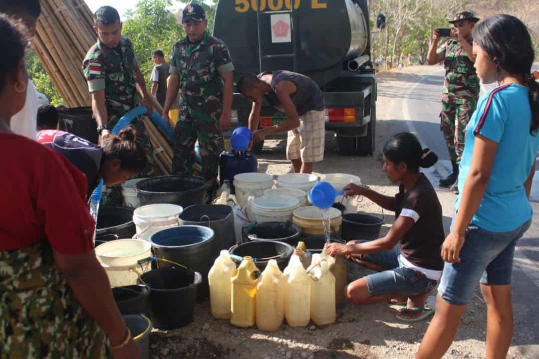 Atasi Dampak Kemarau di Belu, Satgas Yonif 142 Pasok Air Bersih