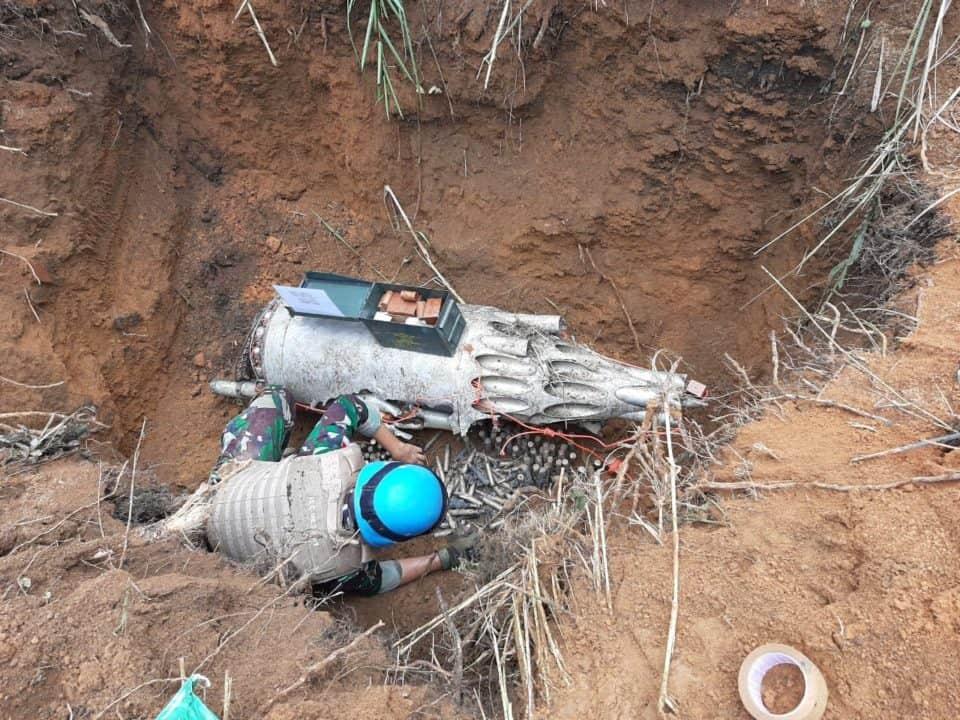 Tim EOD Kompi Zeni Kontingen Garuda Lakukan Deteksi UXO Dan Disposal Di Lokasi Heli Jatuh