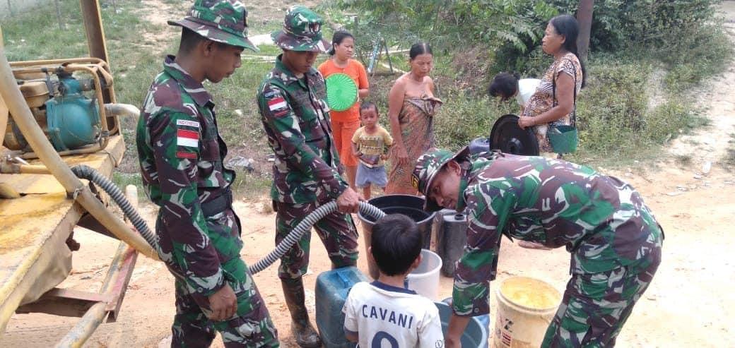 Atasi Kesulitan Air Warga Perbatasan, Satgas Pamtas Yonif 301/PKS Distribusikan Air Bersih
