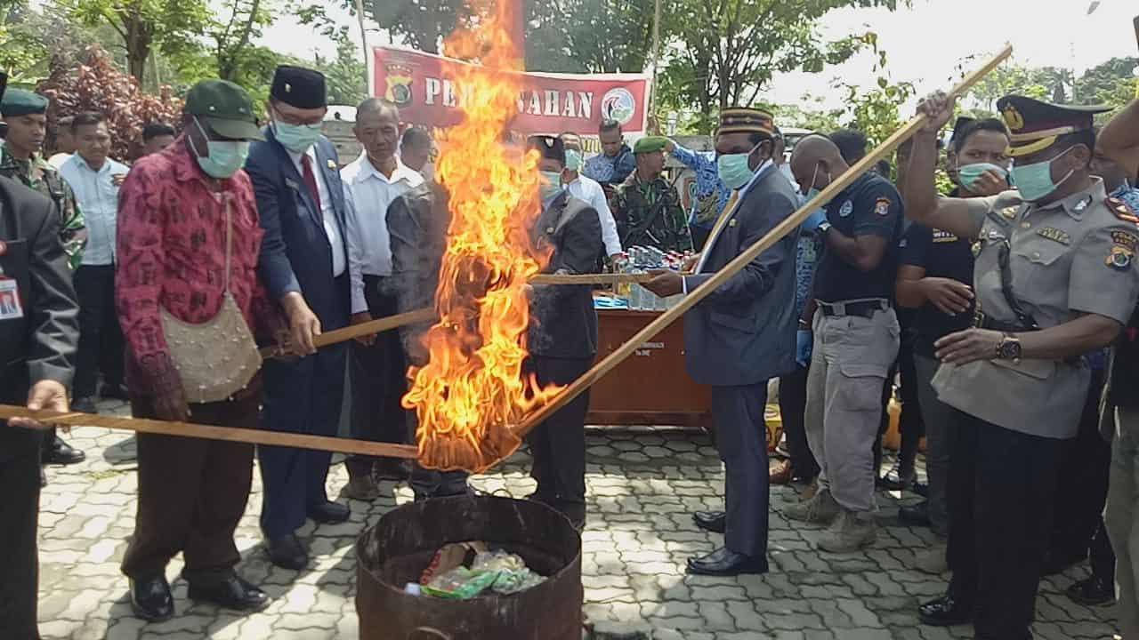Peringati Hari Kesaktian Pancasila, Tiga Satgas Pamtas RI-PNG Musnahkan Ratusan Miras dan Ganja