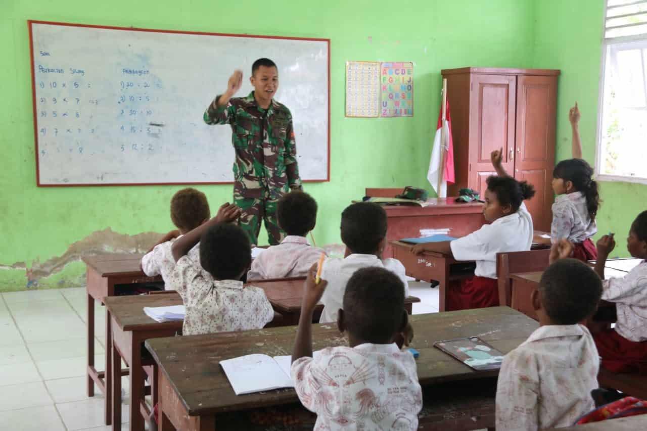 Bangun Generasi Muda Papua, Satgas Yonif MR 411 Bantu Mengajar di Sota