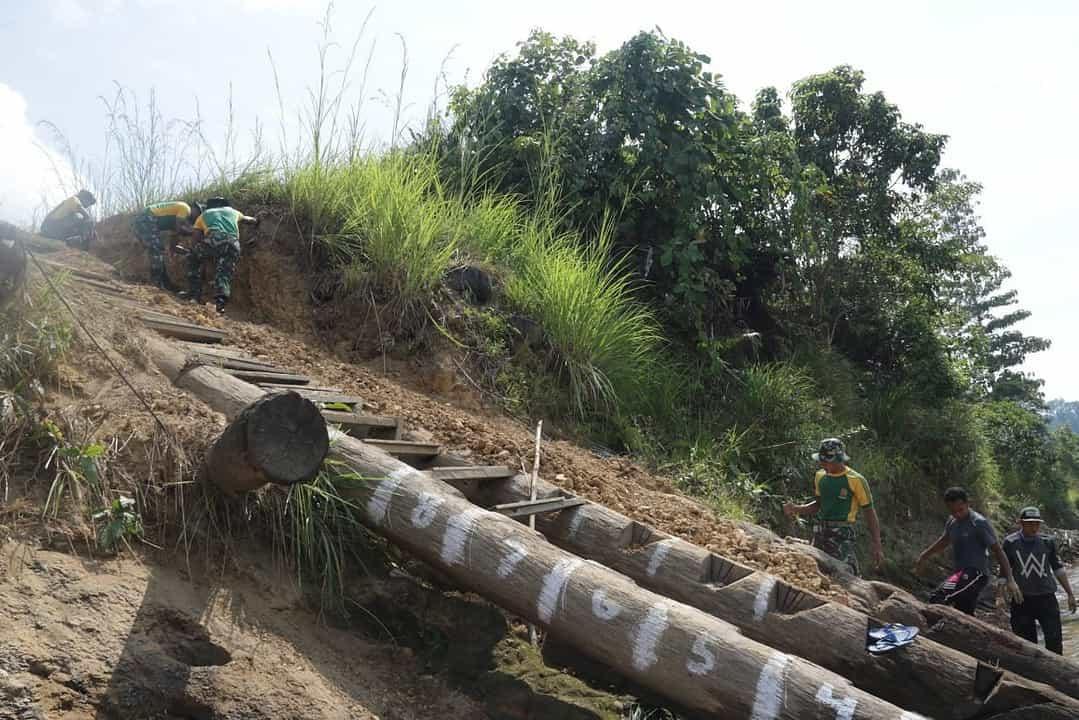 Lapuk dan Membahayakan Masyarakat, Satgas Yonif R 303 Perbaiki Jalan Dermaga Long bagun