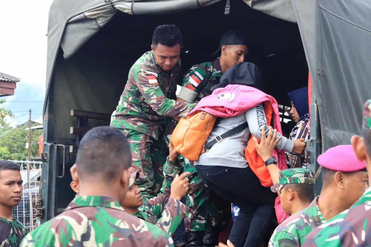 Tingkatkan Solidaritas, Satgas Raider 300 Bantu Evakuasi Pengungsi Wamena di Bandara Sentani